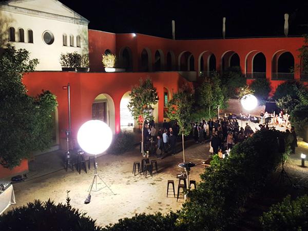 Jardins del Parc a la nit, ben il·luminat i amb gent gaudint d'un esdeveniment