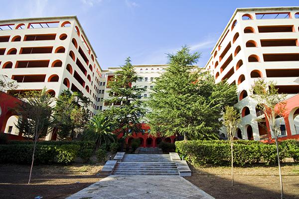 Vista genèrica frontal de l'edifici des dels jardins