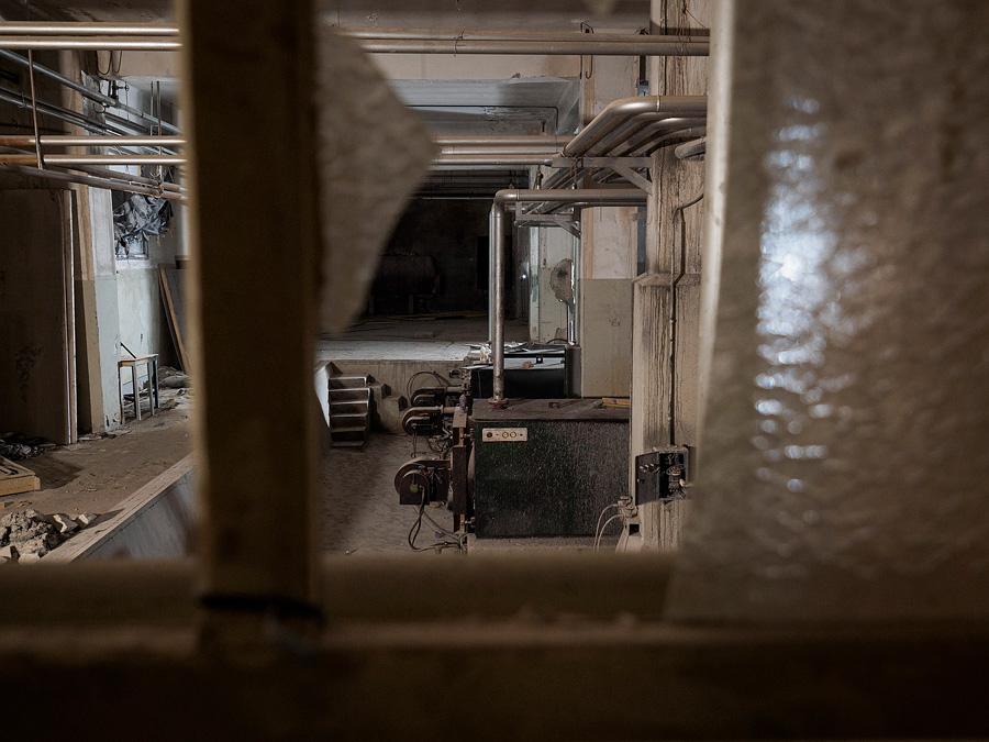Vista de les calderes des del darrere d'un vidre trencat