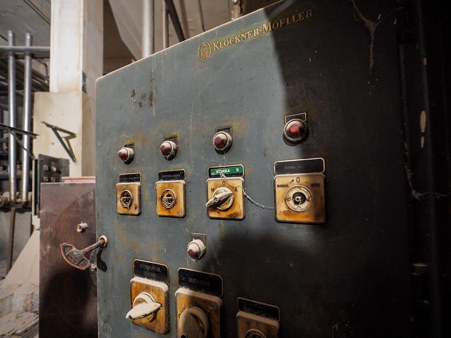 Detall porta quadre elèctric antic