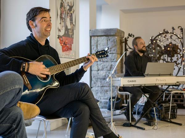 Alguns dels empresaris tocant música a una reunió festiva