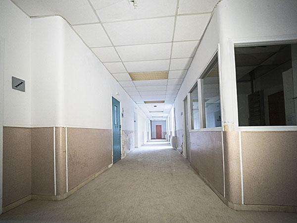 Vista de la cantonada d'un passadís de la Planta -2 Oest, Hospital del Tòrax