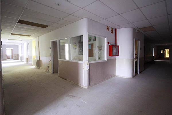 Imatge de la cantonada de dos passadissos de la Planta -2 Oest, Hospital del Tòrax