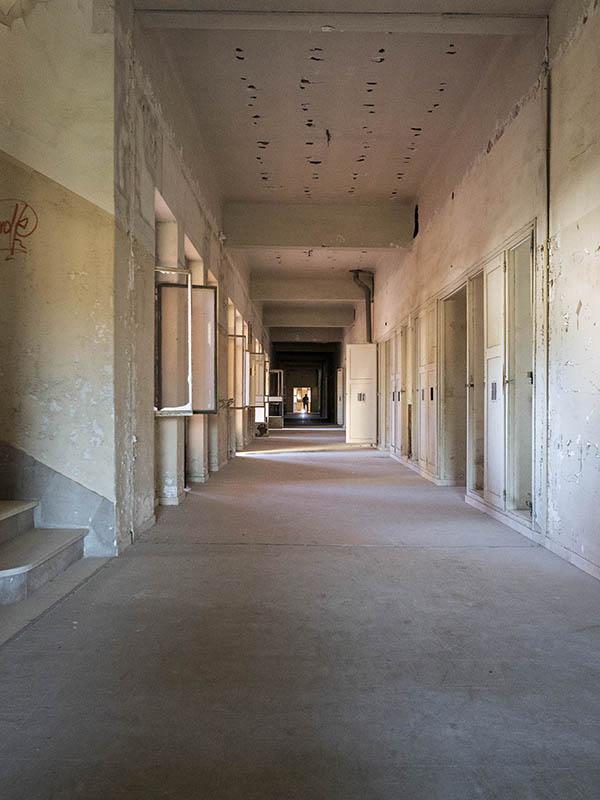 Vista d'un passadís llarg de la Planta 1, Hospital del Tòrax