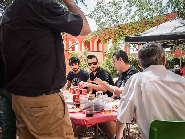 Gent dinant a l'espai dels jardins