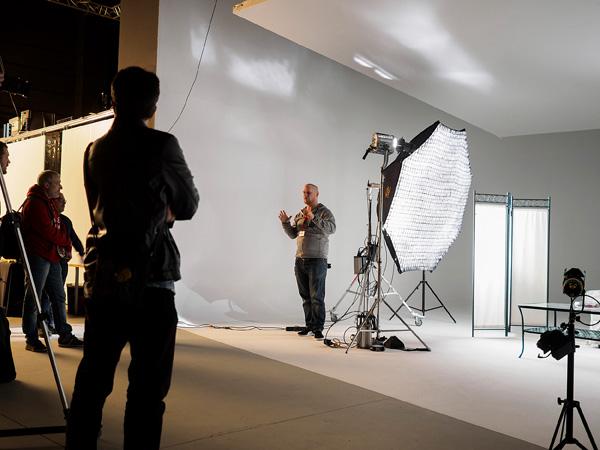 Plató 4 amb una sessió d'il·luminació per als professionals del sector.