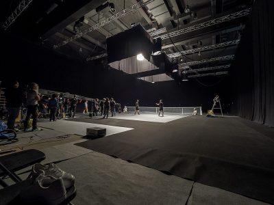Vista genèrica d'un set de rodatge al plató 3 del Parc Audiovisual, recreació d'una pista de tenis.