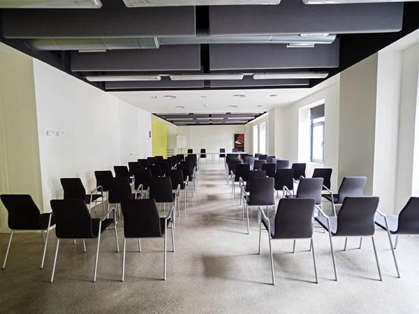 Vista central de la sala d'actes des de la part del darrere